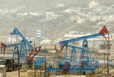 An oilfield is seen in Baku March 17, 2009.  The impact of the global crisis on Azerbaijan could spread beyond reduced remittances and stalled building projects, as further oil price weakness would test its currency, budget and ultimately political stability. The Caucasus state, a supplier of oil and gas to Europe from the Caspian Sea, is set to face plunging revenues this year as oil prices languish below $50 a barrel compared to nearly $150 last summer. REUTERS/David Mdzinarishvili (AZERBAIJAN BUSINESS POLITICS ENERGY) - RTXCVZ5