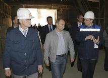 Владимир Путин на заводе Базэлцемент-Пикалево 4 июня 2009 года. Производственный комплекс в российском Пикалево, ставшем символом социально-экономической катастрофы в моногородах, нашел партнеров в Китае и Дании, с которыми в среду подпишет договоры на более 110 миллионов евро для модернизации производства. REUTERS/Alexei Nikolsky/RIA Novosti/Pool