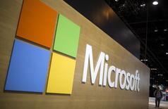 Microsoft est l'ue des valeurs à suivre sur les marchés américains après l'annonce du géant des logiciels prévue dans la journée, selon le New York Times, d'une nouvelle vague de suppressions de postes s'ajoutant aux 18.000 décidées l'an dernier. /Photo d'archives/REUTERS/Jim Young