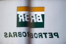 El logo de Petrobras en Sao Paulo, 2 de junio de 2015. Dos trabajadores murieron el martes en un proyecto de construcción en una terminal petrolera brasileña operada por la estatal Petrobras, sumándose a una serie de accidentes fatales o que han puesto en riesgo la vida de los empleados, dijo un sindicato petrolero en un comunicado. REUTERS/Paulo Whitaker