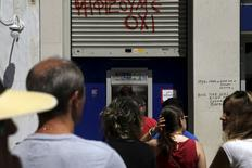 Люди в очереди к банкомату в Афинах 8 июля 2015 года. REUTERS/Alkis Konstantinidis