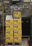 Корбки с шоколадным драже M&M's на заводе Mars в Агно 13 декабря 2011 года. Один из крупнейших в мире производителей продуктов питания компания Mars сообщила, что открыла в среду в подмосковном Ступине новую линию по производству шоколадных драже M&M's, в которую инвестировала 3 миллиарда рублей. REUTERS/Vincent Kessler