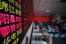 Inversores observan un panel con información bursátil en una correduría en Shanghái, China, mayo 26 2015. La caída del mercado bursátil chino generó preocupación en el Gobierno estadounidense de que pueda afectar la economía del gigante asiático y perjudique los planes de reformas económicas de Pekín. REUTERS/Aly Song