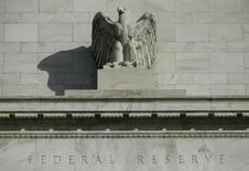 Una estatua de un águila en el frontis de la Reserva Federal en Washington, 28 de octubre de 2014. Las autoridades de la Reserva Federal necesitan más señales de un fortalecimiento económico antes de que puedan subir las tasas de interés, según las minutas de la reunión de junio en las que se citó la crisis de deuda de Grecia como una seria preocupación. REUTERS/Gary Cameron