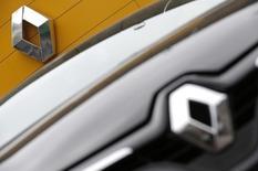 Renault, à suivre jeudi à la Bourse de Paris. Le constructeur prévoit en 2015 une baisse du marché  automobile russe de l'ordre de 35 à 37%, et une baisse de 20%, voire plus forte, du marché brésilien. /Photo d'archives/REUTERS/Christian Hartmann