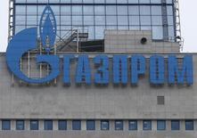 Логотип Газпрома на штаб-квартире компании в Москве 24 февраля 2015 года. Российский концерн Газпром объявил о расторжении контракта с подрядчиком  трансчерноморского газопровода Турецкий поток итальянской Saipem S.p.A., которая должна была в ближайшее время начать строительство первой нитки маршрута. REUTERS/Maxim Zmeyev