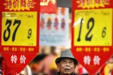 El índice de precios al consumidor de China subió levemente en junio, mientras que los precios de producción cayeron nuevamente, datos que podrían aumentar las preocupaciones sobre la débil economía china, que también está siendo golpeada por una ola de ventas en su mercado bursátil. En la foto, un cliente mira los precios en un supermercado en Huaibei en la provinvia de Anhui el 10 de febnrero de 2015.  REUTERS/Stringer