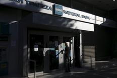 Los bancos griegos tienen suficiente liquidez en sus cajeros automáticos para atender al público hasta el lunes, dijo el jueves Louka Katseli, jefa de la asociación bancaria griega. En la imagen, un pensionista entra en una sucursal del National Bank para recibir parte de su pensión en Atenas el 8 de julio de 2015. REUTERS/Alkis Konstantinidis