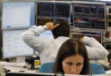 Трейдеры в торговом зале инвестбанка Ренессанс Капитал в Москве 9 августа 2011 года. Российский фондовый рынок в первой половине дня в четверг смог частично компенсировать снижение этой недели благодаря подросшей цене на нефть и отскоку на рынке Китая. REUTERS/Denis Sinyakov