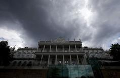 Dark clouds are seen over Palais Coburg, the venue for nuclear talks in Vienna, Austria, July 9, 2015. Iran and six world powers were close to a historic nuclear agreement on Thursday that could resolve a more than 12-year dispute over Tehran's nuclear ambitions, but they remained deadlocked on the issue of Iranian arms and missile trade. Over the past two weeks, Iran, the United States, Britain, France, Germany, Russia and China have twice extended a deadline for completing a long-term deal under which Tehran would curb sensitive nuclear activities for more than a decade in exchange for sanctions relief.   REUTERS/Leonhard Foeger