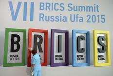 Funcionária limpando painel do Brics durante cúpula em Ufa, na Rússia.   07/07/2015  REUTERS/BRICS Photohost/RIA Novosti