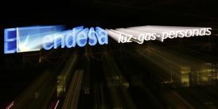 El logo de Endesa en su sede de Madrid el 24 de febrero de 2015. La generadora eléctrica Endesa Chile anunció el jueves que suscribió un contrato a 25 años con Enel Green Power para el suministro con proyectos de Energías Renovables No Convencionales (ERNC). REUTERS/Sergio Pérez