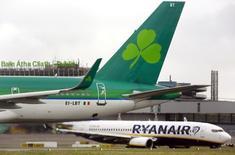 Le conseil d'administration de Ryanair Holdings a accepté l'offre d'IAG sur la participation de 29,8% de la compagnie aérienne à bas coût dans son homologue irlandaise Aer Lingus. /Photo prise le 27 janvier 2015/REUTERS/Cathal McNaughton