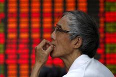 A Shanghai. Les actions chinoises ont fortement rebondi vendredi, pour la deuxième séance d'affilée, un retournement spectaculaire après les déboires du début de semaine que Pékin s'est employé à faire oublier en annonçant tout un paquet de mesures de soutien. L'indice CSI300 des grandes capitalisations des Bourses de Shanghaï et Shenzhen a gagné 5,4% tandis que l'indice composite de Shanghaï a progressé de 4,6%.  /Photo prise le 10 juillet 2015/REUTERS/Aly Song