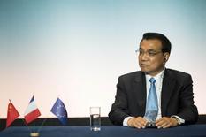 """Le Premier ministre chinois Li Keqiang a annoncé que Pékin allait ajuster de manière plus ciblée sa politique économique, jugeant que le pays devait accomplir un """"grand effort"""" pour entretenir la croissance de son économie. /Photo prise le 2 juillet 2015/REUTERS/Fred Lancelot"""