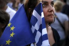 Manifestate pró-euro segura bandeira da UE e da Grécia durante protesto em Atenas. 09/07/2015 REUTERS/Alkis Konstantinidis