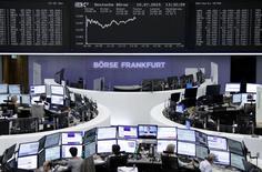 Operadores trabajando en la Bolsa de Fráncfort, Alemania, 10 de julio de 2015. Las acciones europeas subieron con fuerza el viernes después de que Grecia hizo sustanciales concesiones en su último intento por obtener nuevos fondos de sus acreedores y evitar una bancarrota. REUTERS/Staff/remote