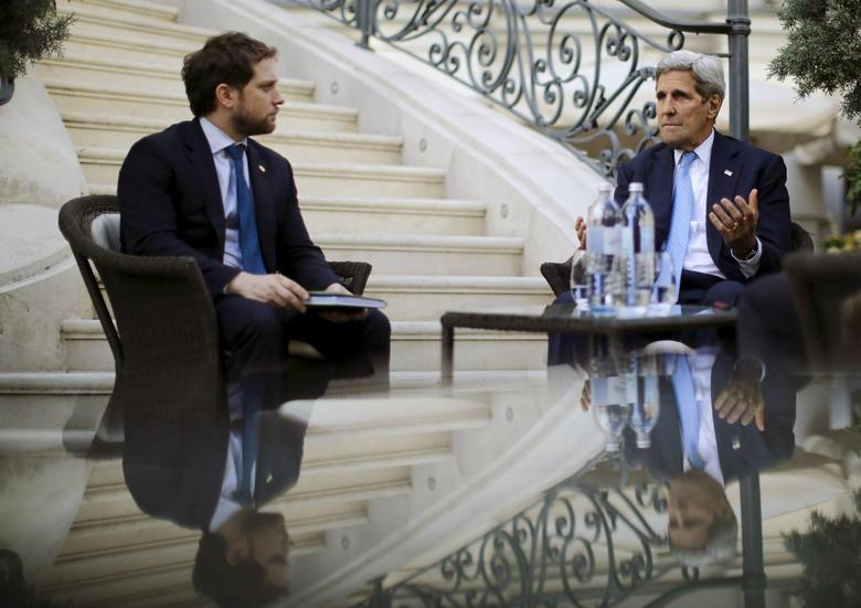 U.S. Secretary of State John Kerry (R) talks to State Department Chief of Staff Jon Finer during a meeting with members of the U.S. delegation at the garden of the Palais Coburg hotel where the Iran nuclear talks meetings are being held in Vienna, Austria July 10, 2015. REUTERS/Carlos Barria