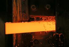 Una plancha de cobre siendo procesada, en una planta en Ekaterimburgo, Rusia, 17 de octubre de 2014. Los metales básicos repuntaban el lunes luego de que Atenas y sus acreedores llegaron a acuerdo sobre la deuda de Grecia, pero las ganancias del cobre eran contenidas por datos que mostraron una caída de las importaciones de China el mes pasado. REUTERS/Maxim Shemetov