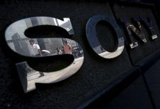Peatones reflejados en un logo de Sony en Tokio. El gigante de la tecnología Sony fijó en 3.420,5 yenes el precio por cada acción nueva en su primera ampliación de capital en 26 años, una medida dirigida a reforzar su rentable negocio de sensores de imagen. REUTERS/Yuya Shino