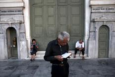 Un pensionado espera recibir parte de su pensión en una sucursal del Banco Nacional de Grecia, en Atenas, 13 de julio de 2015. Grecia extenderá por dos días más un feriado bancario que ha estado en efecto desde el 29 de junio, dijeron el lunes a Reuters dos banqueros, tras una reunión con el viceministro de Finanzas del país. REUTERS/Yiannis Kourtoglou