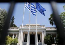 Las banderas de Grecia y de la Unión Europea en las oficinas del primer ministro griego, el 13 de julio de 2015. Los ministros de Finanzas de la zona euro debatirán el lunes cómo mantener financiada a Grecia durante el tiempo que se necesita para acordar un tercer rescate, aunque ninguna de las opciones en consideración parece sencilla, dijeron funcionarios. REUTERS/Christian Hartmann