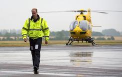 Príncipe William, da Grã-Bretanha, deixa seu helicóptero durante seu primeiro dia no trabalho de piloto de helicóptero ambulância em Cambridge. 13/07/2015 REUTERS/Stefan Rousseau/Pool