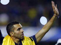 Carlos Tevez acena a torcedores durante sua apresentação como novo jogador do Boca Junior, no estádio La Bombonera, em Buenos Aires, Argentina, nesta segunda-feira. 13/07/2015 REUTERS/Marcos Brindicci