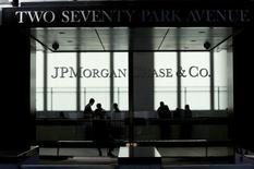 JPMorgan Chase annonce une hausse de 5,2% de son bénéfice au deuxième trimestre, la première banque américaine par l'actif ayant tiré parti d'une baisse de ses dépenses. /Photo d'archives/REUTERS/Eduardo Munoz
