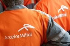 Logo da AncelorMittal visto em uniforme de funcionário.  26/11/2013    REUTERS/Philippe Wojazer