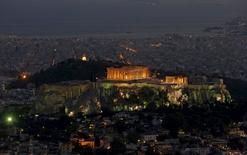 Вид на храм Парфенон в Афинах. 14 июля 2015 года. Европейские фондовые рынки слабо растут в ожидании новостей из Греции. REUTERS/Christian Hartmann
