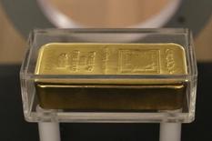 Un barra de oro expuesta en el museo del Banco Central del Líbano en Beirut, 6 de noviembre de 2014. El oro operaba estable el miércoles, a casi 1.155 dólares la onza, mientras inversores aguardaban el testimonio ante el Congreso de la presidenta de la Reserva Federal de Estados Unidos, Janet Yellen, en busca de más pistas sobre el momento de un alza en las tasas de interés, prevista para este año. REUTERS/Jamal Saidi