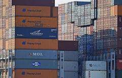 Contenedores de Hapag-Lloyd en el terminal portuario de Altenwerder en la bahí de Hamburgo, oct 14 2014. El grupo alemán de transporte en contenedores Hapag-Lloyd está acelerando los preparativos para una oferta pública inicial de acciones (OPI) y eligió a Deutsche Bank, Goldman Sachs y Berenberg para liderar la transacción, dijeron dos personas familiarizadas con el tema.    REUTERS/Fabian Bimmer