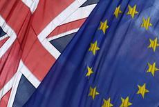 La Grande-Bretagne exige que son éventuelle participation à un prêt-relais à la Grèce soit intégralement protégée contre le moindre risque de non-remboursement, selon une source au ministère britannique des Finances qui ajoute que les partenaires européens de Londres ont pris en compte cette préoccupation. /Photo d'archives/REUTERS/Toby Melville