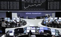 Operadores en sus puestos de trabajo en la bolsa alemana en Fráncfort, jul 15 2015. Las acciones europeas cerraron al alza el miércoles, manteniéndose cerca de máximos de tres semanas, lideradas por el fabricante de productos químicos Syngenta y por la holandesa ASML, con los inversores esperando una votación crucial en Grecia sobre un paquete de rescate financiero     REUTERS/Remote/Staff