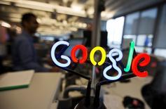 """Un logo de Google realizado en neón en una oficina de la compañía en Toronto, nov 13 2013. Google Inc reveló el miércoles una nueva herramienta llamada """"Compras en Google"""", que permite a los usuarios adquirir artículos directamente desde los anuncios móviles que aparecen en las búsquedas.    REUTERS/Mark Blinch"""