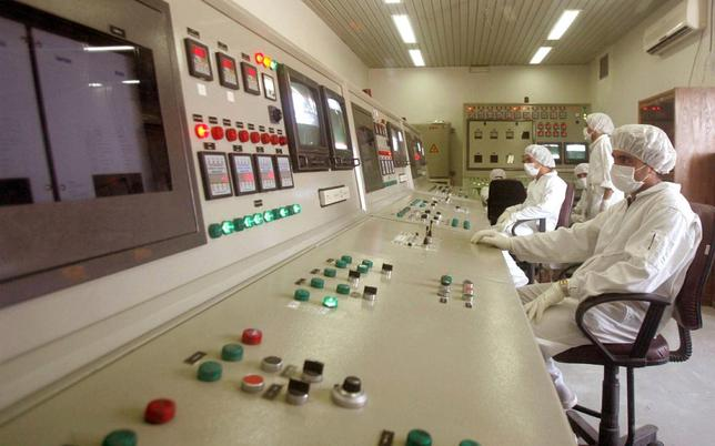 Technicians of Iran's Atomic Energy Organisation in a control room supervise resumption of activities at the Uranium Conversion Facility in Isfahan, Iran in an August 8, 2005 file photo. REUTERS/stringer/files