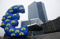 Un signo del euro inflable, visto fuera de la nueva sede del BCE en Fráncfort, 22 de enero de 2015. La aprobación por parte de Grecia del paquete de rescate podría persuadir al Banco Central Europeo a mejorar la financiación para Atenas el jueves, el primer paso para reabrir los bancos griegos y devolver cierta normalidad a su atribulada economía. REUTERS/Kai Pfaffenbach