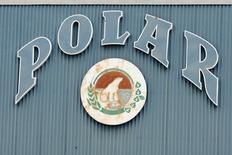 El logo de Polar en Barquisimeto, Venezuela, 27 de mayo de 2010. El Ministerio del Trabajo de Venezuela declaró terminado un conflicto laboral que había paralizado dos plantas de la mayor cervecería del país, originando la escasez de esa bebida. REUTERS/Carlos Garcia Rawlins
