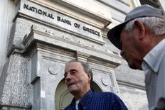 Aposentados aguardam para receber parte das pensões em agência bancária, em Atenas. REUTERS/Yiannis Kourtoglou