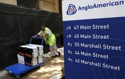 Funcionário ao lado de placa da Anglo American no escritório da companhia na África do Sul.  08/01/2013   REUTERS/Siphiwe Sibeko