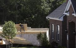 Un carpintero llevando madera en una construcción en Brandywine, Maryland, 31 de mayo de 2013. La confianza de los constructores de casas de Estados Unidos se mantuvo en julio en su nivel más alto en casi una década debido a que el mercado de la vivienda mejoró ampliamente, pese a un alza de las tasas hipotecarias, dijo el jueves la Asociación Nacional de Agentes Inmobiliarios (NAHB, por su sigla en inglés). REUTERS/Gary Cameron