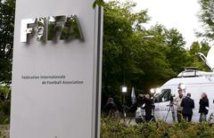 Jornalistas aguardam em frente à sede da Fifa, em Zurique. 30/05/2015 REUTERS/Arnd Wiegmann