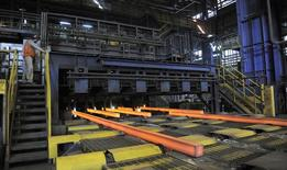 Barras de acero procesadas en una acería en Concepción, Chile, dic 9 2014. La economía chilena se recuperará de una desaceleración de la inversión y el consumo, mientras que la debilidad del peso beneficiará a compañías que dependen de las exportaciones como químicas, metalúrgicas y forestales, según un reporte de la agencia de calificación Moody's publicado el jueves. REUTERS/Jose Luis Saavedra