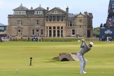 Dustin Johnson of the U.S. hits his tee shot on the 18th hole during the first round of the British Open golf championship on the Old Course in St. Andrews, Scotland, July 16, 2015.     REUTERS/Eddie Keogh