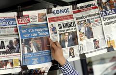 Primeira página de vários jornais gregos, no centro de Atenas, na Grécia, nesta quinta-feira. 16/07/2015 REUTERS/Jean-Paul Pelissier