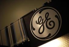 El logo de GE en una tienda en Santa Mónica, California, 11 de octubre de 2010. General Electric Co dijo el viernes que sus ganancias trimestrales del segmento industrial subieron un 5 por ciento, gracias a un desempeño sólido de su división de energía que compensó la debilidad de sus resultados en la unidad vinculada al negocio de petróleo. REUTERS/Lucy Nicholson