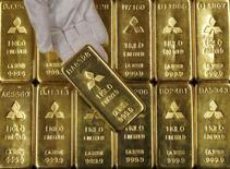Слитки золота в центральном офисе Mitsubishi Materials Corporation в Токио. 9 января 2008 года. Цены на золото близки к минимуму восьми месяцев под давлением высокого курса доллара и ожиданий повышения процентных ставок ФРС в этом году. REUTERS/Toru Hanai