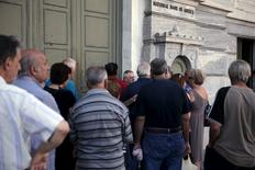 Pensionistas esperam do lado de fora de agência bancária em Atenas. 17/07/2015  REUTERS/Alkis Konstantinidis