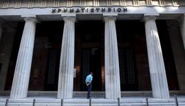 La Bourse d'Athènes restera fermée lundi, ce qui prolonge une situation qui dure depuis le 29 juin et a fait suite à la fermeture des établissements bancaires et la mise en place de mesures de contrôles des capitaux. /Photo prise le 7 juillet 2015/REUTERS/Jean-Paul Pélissier